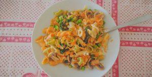 Prato de primavera: massa com ervilhas, espinafres e cogumelos