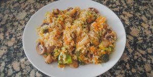 Arroz de cogumelos com brócolos e cenoura