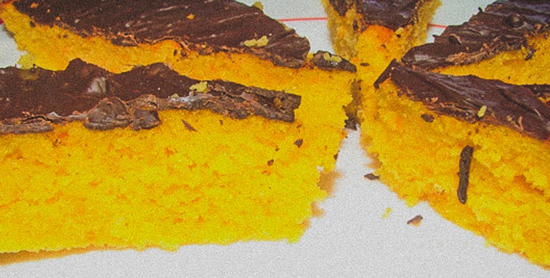 Bolo de cenoura vegan com cobertura de chocolate
