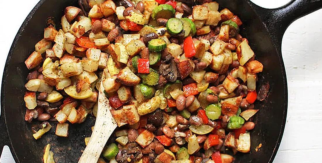 Salada de batata com feijão e legumes